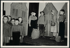 Archiv K016 Kindertheater, 1950er (Hans-Michael Tappen) Tags: archivhansmichaeltappen kindertheater kinder theater auffhrung bhne children child spaten korb kartoffelsack knickerbocker hosentrger braces kopftuch kleidung outfit haarschleife hairbow zpfe 1950er 1950s