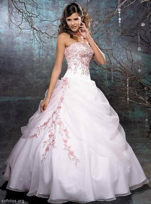 Vestido de noiva branco com bordado rosa