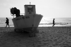 Behind the boat (luca_pictures) Tags: sea summer bw sun male beach female 50mm boat sand walk dry fisch adriatico albaadriatica