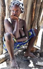 Junge Frau mit Hängetitten (__ Sascha Grabow __) Tags: africa girl naked outdoor headscarf tribal afrika frau tribe schläuche afrique savanna brüste tribu brust holzhütte hängetitten mucubal mumuila