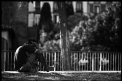 Parlant / Talking (JordiTrenzano) Tags: street blackandwhite black white barcelona poblesec poble sec el raval film analog analogic analogue filmphotography 35mm 35mmfilm urba urban city