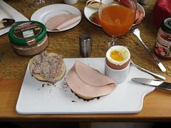Leberwurst (Bio, Mller's) und Fleischwurst (Bio, Janssen) auf frisch gebackenen Brtchen zum Frhstcksei (multipel_bleiben) Tags: essen frhstck bio wurst schweinefleisch ei brtchen