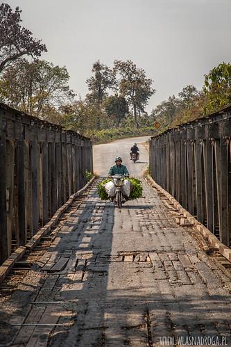 Wąski, drewniany most na jednej z głównych dróg prowadzącej do granicy