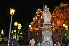 Roland's Statue and House of Blacheads on Town Hall Square in Old Town of Riga, Latvia. November 20, 2016 (Aris Jansons) Tags: roland statue city capital oldtown riga rīga latvia latvija baltic europe 2016 blackheads facade square townhallsquare night