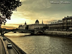 Cae la Noche en Paris (m@®©ãǿ►ðȅtǭǹȁðǿr◄©) Tags: paris laseine riosena france puente arquitectura edifícios via coches vehículos atardecer cielo luces urbanismo torres ventanas olympusepl1 zuikoed14÷42mmf35÷56 marcovianna marcoviannafotógrafo m®©ãǿ►ðȅtǭǹȁðǿr◄©