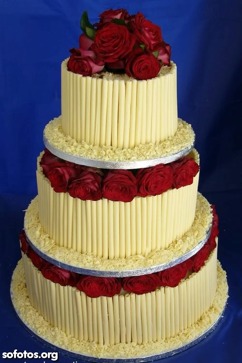 Bolo de casamento creme com rosas vermelhas