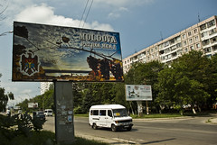 moldavia_IMGP0778 (Pedro Vizcaino Pina) Tags: bandera rumano inscripciones