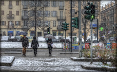 18/2014 - Vai...che è verde. !!! (celestino2011) Tags: persone neve semaforo hdr pinerolo