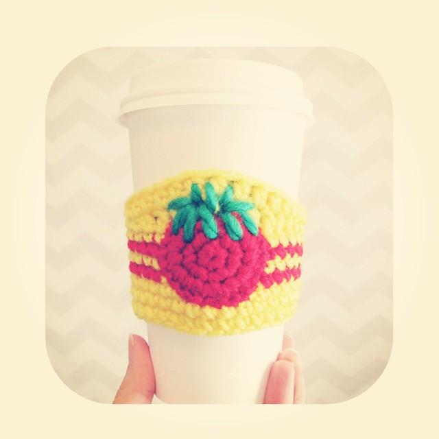 #shenmue #crochet #coffeesleeve is available!. #shenmue3 #saveshenmue #wesavedshenmue #shenmueissaved #tomatostore #ryohazuki #yusuzuki