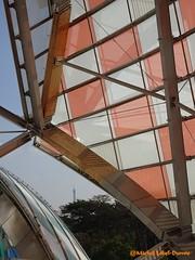 20 - Exposition Daniel Buren, vue sur la Tour Eiffel (m.lebel) Tags: danielburen exhibition exposition fondationlouisvuitton franckgehry france iledefrance paris boisdeboulogne jardindacclimatation voiles couleurs latoureiffel symtrie gomtrie