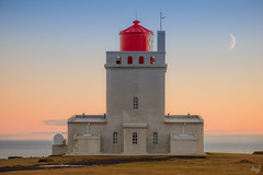 Dyrhlaey, le point phare le plus au Sud de l'Islande (ALAiN_FAURE) Tags: mer ocean eau water moon beautiful light belle lumiere coucher soleil sunlight sunrise sun lune dyrhlavegur islande iceland dyrhlaey alain faure alainfaure nikon d610 vk  mrdal magic moment herbe ile 105mm