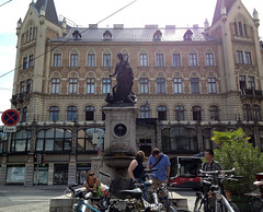 Margaretenhof von außen und der Margaretenbrunnen (Martin Ladstaetter) Tags: vienna wien photowalk vienne photowalkwien photowalkvienna pwvie