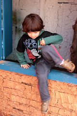 Pulando a janela (tatiana barthem) Tags: boy people bw art church window children happy kid pessoas arte garoto pb igreja janela sorriso criana menino brincadeira