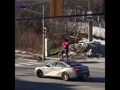 امراة تصعد فوق سيارة الشرطة وتحاول كسر الزجاج الامامي في امريكا (ahmkbrcom) Tags: امريكا