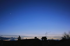 (Poder) volver (Sofa Postigo) Tags: salvador sepulveda segovia castilla castillayleon azul cielos cielo paisaje paisajes landscapes landscape clouds contraste silueta tejado tejados roof sombras