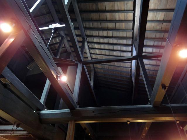 2階ぶち抜きの吹き抜けと梁といった建物自体が見どころの1つ|うさぎ雑貨 高山うさぎ舎