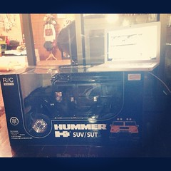จอบ @hayoh ถามถึงพี่ดำ เก็บมาครึ่งปีได้ ถถถถถถ ฉันจะแกัเดี๋ยวนี้ละระเตงงงง  #ใหญ่ชิ้บหาย #แลปทอปหนูเล็กไปเยย #Hummer #blackhummer #suv #radiocontrol #huge #macbook #car #radiocontrolcar #toy #toyphotography