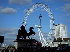 London eye (Jane 911) Tags: bridge england london eye statue licht himmel wolken architektur blau brcke laterne flugzeug schatten pferd fahne gebude riesenrad hochhaus sehenswrdigkeit strase toursiten aussihtsunkt