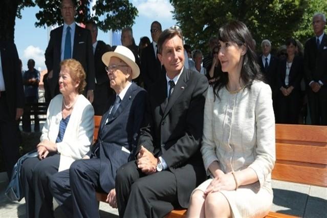 """Il Presidente Giorgio Napolitano, il Presidente della Repubblica di Slovenia Borut Pahor e le rispettive consorti sulla """"panchina della pace"""""""