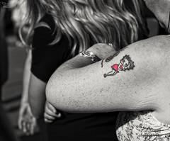 (...) [Explore] (ngel mateo) Tags: ngelmartnmateo ngelmateo irlanda galway ireland eire erin irish  bettyboop tatuaje piel mujer skin tattoo woman dibujo rojo reloj red clock drawing