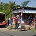 In Jalpatagua alcune persone aspettano un chicken bus per caricare la merce