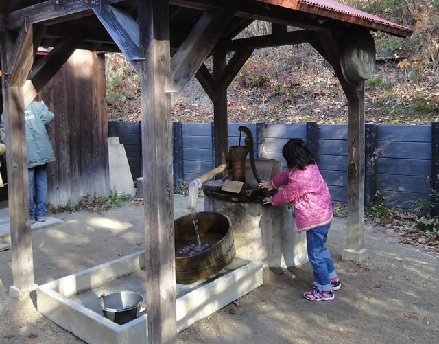 外には井戸があり、実際に水を汲むことも出来ます。|サツキとメイの家