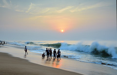 Puri beach. (draskd) Tags: puri puribeach odisha nature sunrise nikond7100 1685vr nikkor draskd morninglight beautifulbeach bathers