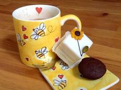 Freitag Nachmittag - bringt verbrauchte Energie sofort zurck (Sockenhummel) Tags: tasse kaffee kuchen nachmittag sweets