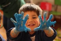 La felicidad de las cosas simples (alexisparraguez) Tags: happy happiness retrato niños manualidades felicidad