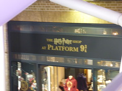 London King's Cross Station - Harry Potter - Platform 9 - The Harry Potter Shop (ell brown) Tags: eustonrd camden london greaterlondon londonboroughofcamdenengland unitedkingdom greatbritain stpancras kingscross pancrasrd yorkway islington kingscrossstation londonkingscross londonkingscrossstation eastcoastmainline virgintrains virgineastcoast eastcoast virgintrainseastcoast kingcrosssquare concourse harrypotter platform9 shop gradeilisted gradeilistedbuilding railwayterminus lewiscubitt sirwilliamandjosephcubitt yellowstockbrick 2trainsheds terminusofthegreatnorthernrailway greatnorthernrailway theharrypottershop