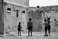 IMG_6366_C33 (eugeniointernullo) Tags: holiday vacanza marzamemi sicily sicilia sicilianità blackwhite biancoenero street streetphoto strada people persone sport basket pallacanestro