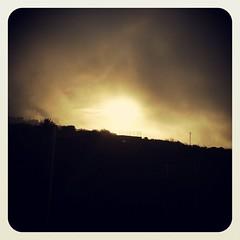 Por más que veas todo gris y lluvioso siempre habrá algo que te guíe hacia la calidez.  Feliz día otoñal!!!!!!!