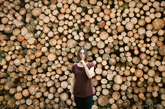 """124/365: shhhh...."" (Josune Martin) Tags: autoretrato josu rectapinos shhhh tronco exterior luznatural troncos natraleza campo"