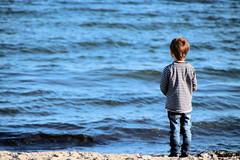 Weitblick (janinawarncke1973) Tags: kind junge neffe meer ocean child boy weitblick meerblick balticsea ostsee schleswigholstein deutschland sierksdorf water beach