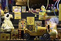 Eye catcher (jacques_teller) Tags: brussels bruxelles shop play games gift december nikond7200 jacquesteller child children yellow