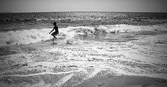 run to the sea (Loiamax) Tags: tarifa puntapaloma andalucia andalusia biancoenero blackandwhite sea oceano ocean wave onda man uomo people funny