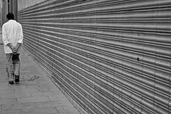 The stroll (Eduardo Chibs) Tags: barcelona urban blackandwhite bw blancoynegro candid bcn urbano