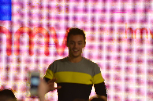 Waving blurry Tom