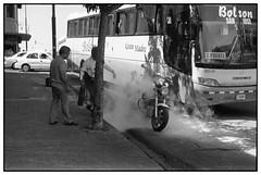 Gran madre (Eugenio García.) Tags: leica 50mm kodak trix streetphotography m3 summilux ddx v700 fotografíacallejera