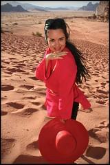 Redesert (jorge martins fotos) Tags: trip travel red portrait woman sexy hat desert retrato mulher sensual vermelho jordan viagem brunette morena deserto jordania chapu wadirun lelahmonteiro