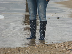 With stars at the beach (willi2qwert) Tags: rubberboots rainboots regenstiefel gummistiefel gumboots girl wellies wellingtons wasser women beach strand nass