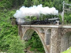1951 : Dampfextrazug mit SBB Dampflokomotive A 3/5 705 und SBB Dampflok C 5/6 2978 Elefant auf der Brücke unterhalb Airolo auf der Gotthard Südrampe der Gotthardbahn im Kanton Tessin in der Schweiz (chrchr_75) Tags: hurni christoph schweiz suisse switzerland svizzera suissa swiss chrchr chrchr75 chrigu chriguhurni chriguhurnibluemailch albumfest125jahregotthardbahn 125 jahre 2007 eisenbahn bahn train treno zug dampflokomotive dampfmaschine dampflok locomotora vapor паровоз vapeur steam vapore 蒸気機関車 stoomlocomotief albumdampflokomotiveninderschweiz albumbahnenderschweiz juna zoug trainen tog tren поезд lokomotive lok lokomotiv locomotief locomotiva locomotive railway rautatie chemin de fer ferrovia 鉄道 spoorweg железнодорожный centralstation ferroviaria stalvedrobrücke airolo gotthardbahn gotthard südrampe kantontessin tessin steinbrücke steinbogenbrücke bogenbrücke brücke bridge pont ponte