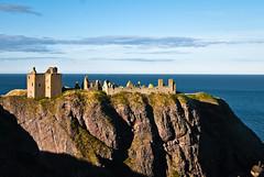 En el acantilado (frugilboy) Tags: sunset sea cliff castle digital atardecer scotland mar reflex al nikon august escocia agosto castillo acantilado dunnottar d60 dunnottarcastle stoneheaven 2013