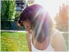 Paula (Agustina Luca) Tags: park parque woman sun luz sol sunshine women friend chica amiga paula reflejo rayo pintando vision:outdoor=0874