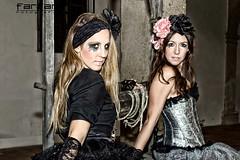 Davinia & Noelia (jlhuys farfan) Tags: negro patio plata rubia noelia morena pozo davinia gotica farfan