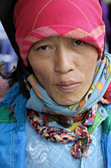 Portrait of a woman in Mo Vc market - H Giang Province - Vietnam (PascalBo) Tags: nikon d300 asia asie southeastasia asiedusudest vietnam vitnam vitnam vietnamese hgiang hagiang movc meovac market march people woman femme hilltribe ethnicgroup ethnie ethnic ethnicity minority headdress headwear indigenous costume outdoor outdoors pascalboegli portrait