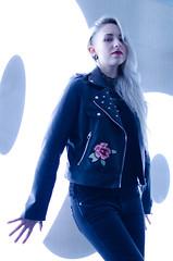 (Z-nas) Tags: belleza fashion moda retrato portait gothic gotico emo blonde rubia color posado tfcd pose graffiti girl chica cuero laether