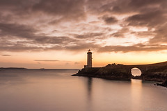 Phare du Minou (Teaspoon29) Tags: ocean sunset sea mer lighthouse seascape france bulb coast brittany bretagne cote paysage phare coucherdesoleil octobre finistre plouzane sigma1020 poselongue 2013 penarbed plouzan pointeduminou