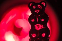Berlinale Star auf der roten Flasche (Renate Bomm) Tags: 2016 366 canoneos6d ef100mmf28l renatebomm bokeh macromondays weinflaschenverschluss red backlit gummibrchen fruchtgummi glas wrmelampe rotlicht berlinale flasche weinflasche