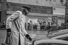 (Miguel Modrego) Tags: wow españa spain madrid street calle social urbana urban black white byn bn momento decisivo decisive moment soft light luz suave coche car man hombre negro portero travel viaje nikkor nikon d7000